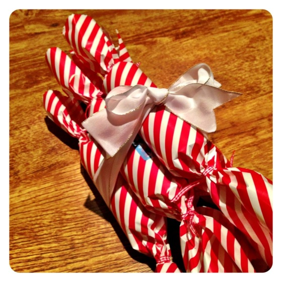 Very easy, home made Christmas crackers in candy stripe