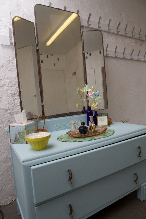 DIY wedding, vintage dressing table to make the bathrooms more homey